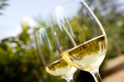 148941-425x282-white-wine-in-glasses