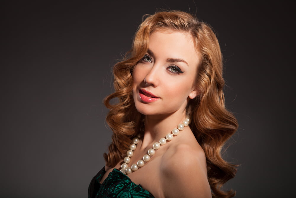 1_woman wearing pearl set