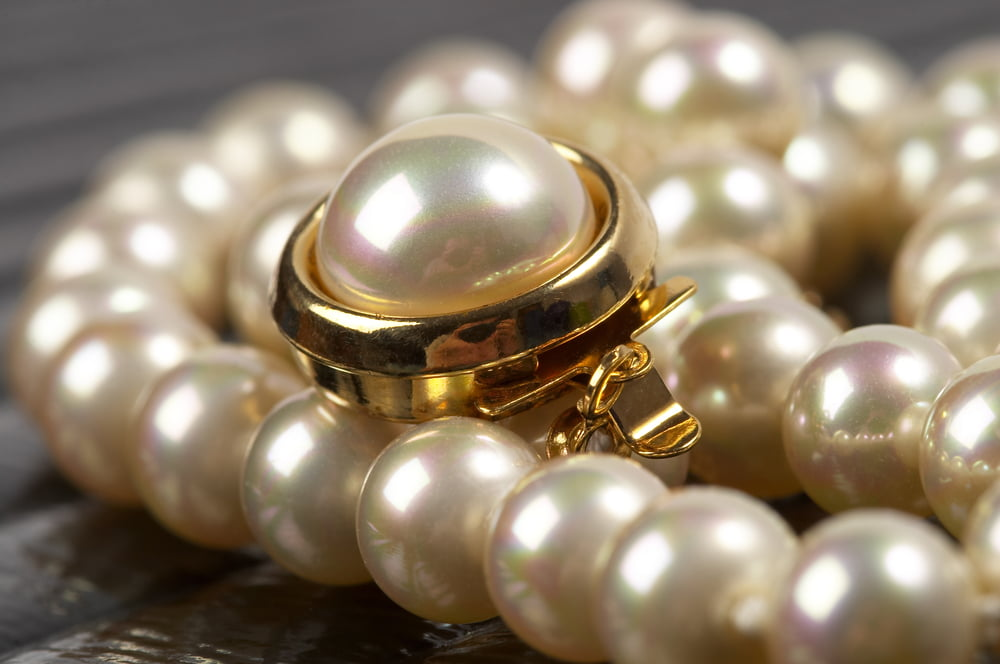 4_ oval pearl pendant in gold finishing