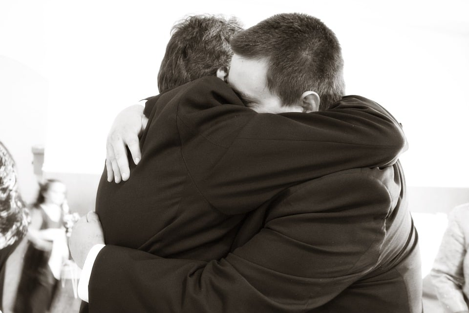 hugging 571076 960 720